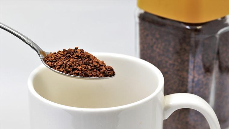 インスタントコーヒーとマグカップ