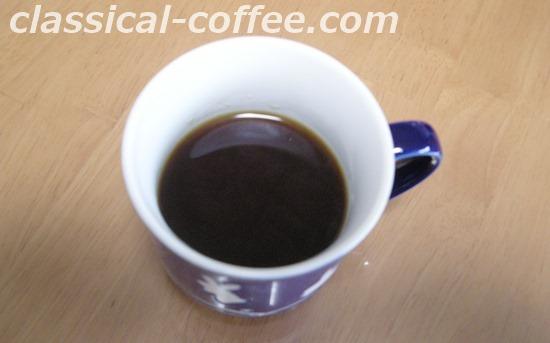 マグカップに注いだ森のコーヒー